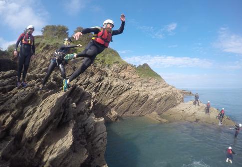 coasteering devon, coasteering north devon, coasteering croyde, croyde, family activities, adrenaline activities near me
